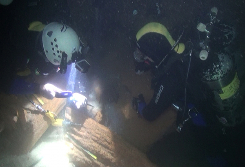 Escavation on the cave's flooded bottom