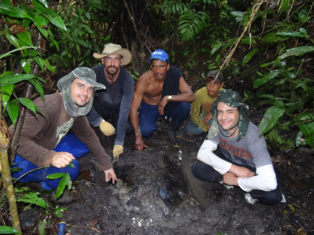 August/2013 field-trip - Marcos, Max, Giovane and the turtle in the jungle, Purus River