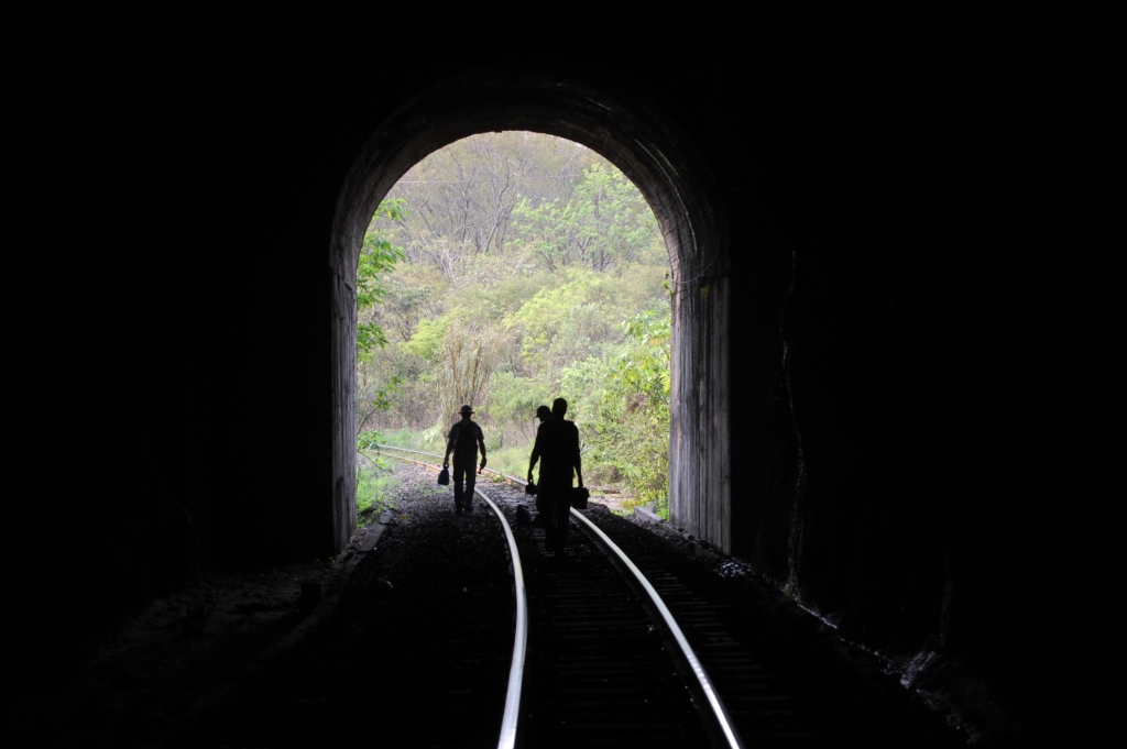 September/2007 field trip - Crossing a railroad tunnel