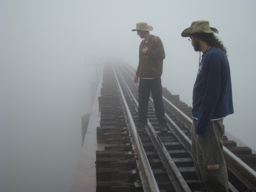Campo junho/2008 - Checking for a <i>Pteranodon</i> coming out of the fog