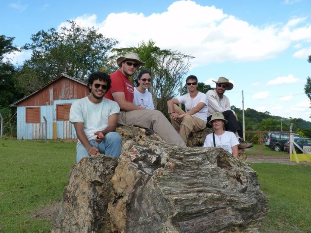 April/2011 field trip - PaleLab team (from left to rhigth: Gabriel, Júlio, Bete, Bruno, Annie, and Max) in Mata's 'Paleobotanic Gardens'